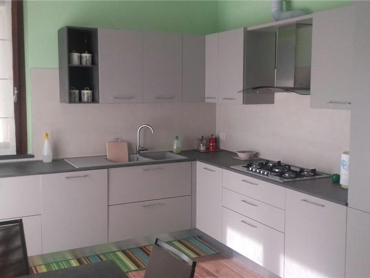 La casa di Luca - cucina con anta liscia con particolari a giorno