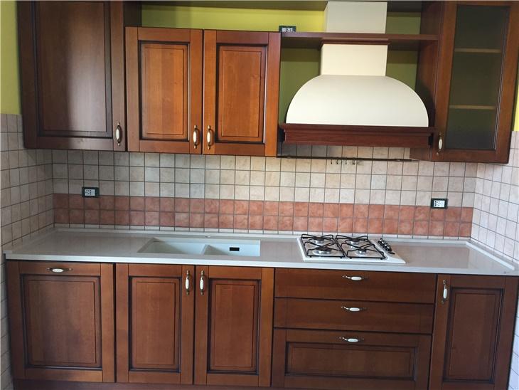 Cucina classica in legno + piano in quarzo