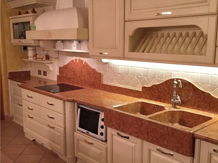 Cucina artigianale laccata con piano in marmo