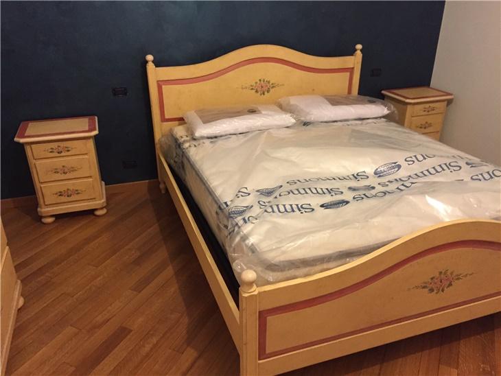 La camera in legno laccata con decori