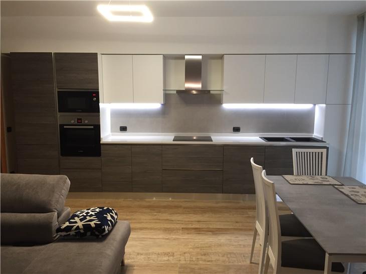 la casa di Michela e Enrico - cucina moderna effetto legno + piano in quarzo